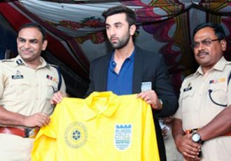 Mumbai City FC presents 2000 raincoats to the Mumbai Traffic Police