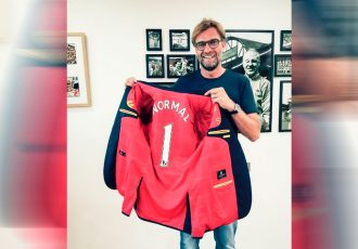 Liverpool manager Jürgen Klopp receives the first Trikot Jackett