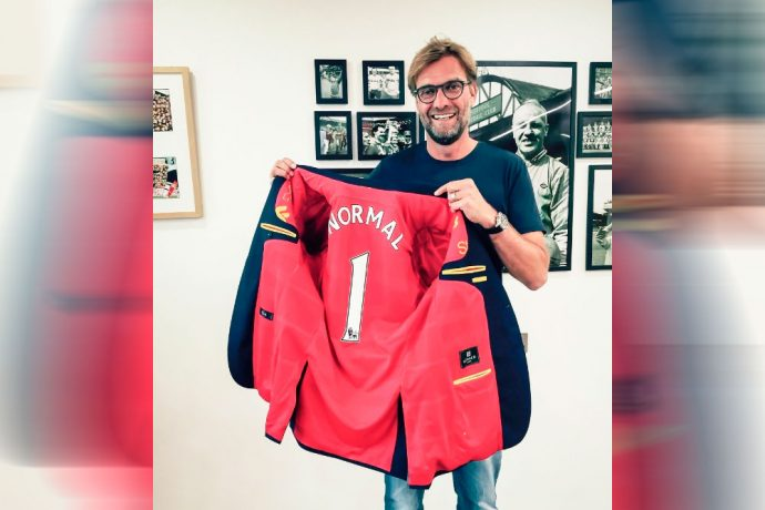 Liverpool manager Jürgen Klopp receives the first Trikot Jackett
