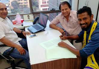 Former India winger Steven Dias signs extension with Mumbai FC (Photo courtesy: Mumbai FC)