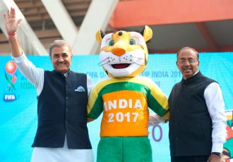 AIFF President Praful Patel, FIFA U-17 World Cup India 2017 mascot Khelo and Minister of Youth Affairs and Sports Vijay Goel (© FIFA)