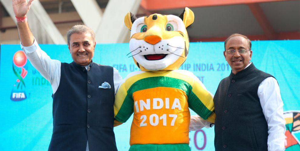AIFF President Praful Patel, FIFA U-17 World Cup India 2017 mascot Khelo and Minister of Youth Affairs and Sports Vijay Goel (© FIFA)