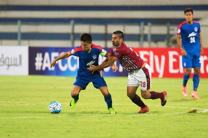 Mohun Bagan's Sehnaj Singh struggles to hold back Bengaluru FC skipper Sunil Chhetri during the AFC Cup at the Kanteerava Stadium (Photo courtesy: Bengaluru FC)