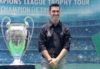 Luis García unveiled the UEFA Champions League Trophy at the Mahalaxmi Race Course in Mumbai (Photo courtesy: Heineken)