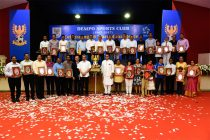 Dempo players and some of their representatives are delighted in the company of chief minister Manohar Parrikar, club president Shrinivas Dempo and AIFF president Praful Patel after being felicitated for being among the club's 50 best players of all time. (Photo courtesy: Dempo SC)