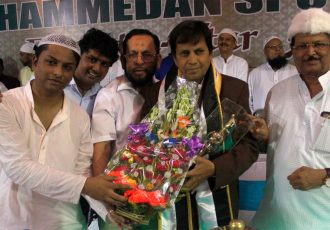 Mohammedan Sporting confer Latifuddin Najam with Shan-e-Mohammedan in Iftar Party (Photo courtesy: Mohammedan Sporting Club)