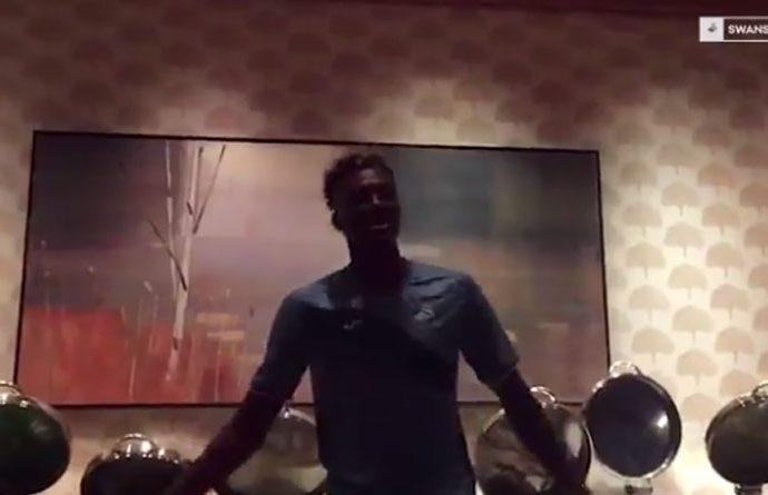 """Tammy Abraham surprised his new teammates with a stunning rendition of Boyz II Men's hit song """"End Of The Road"""". (Photo courtesy: Screenshot - Swans TV via Twitter)"""