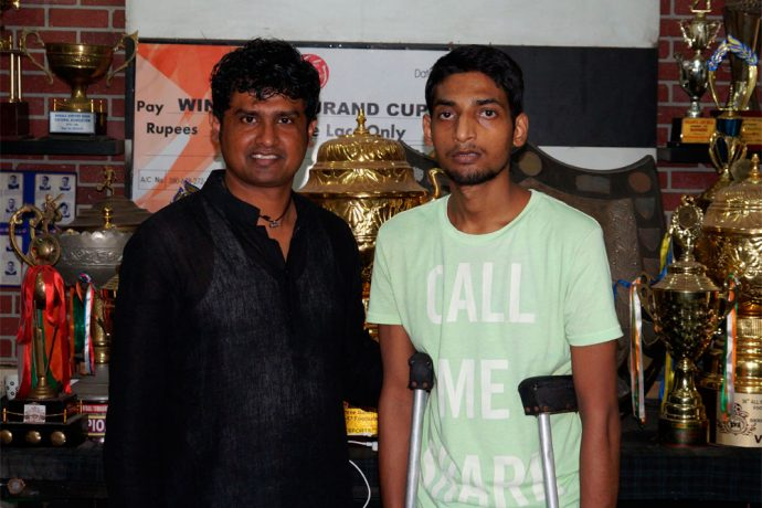 Dipendu Biswas donate Rs. 50,000 to young footballer Rahul Das (Photo courtesy: Mohammedan Sporting Club)