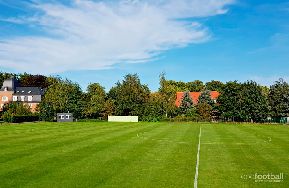 A beautiful view to the world-class FIFA approved training pitches at the Hotel-Residence Klosterpforte. (© CPD Football)