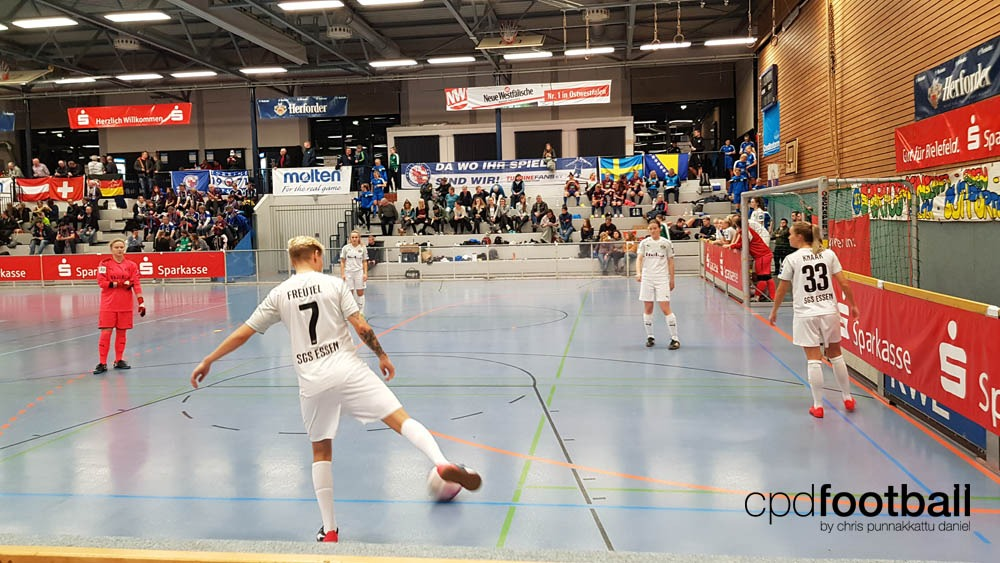 """Day 1: SGS Essen players warming up at """"Weltklasse 2018"""" - 38. Internationales Frauenfußball-Hallenturnier des TuS Jöllenbeck"""