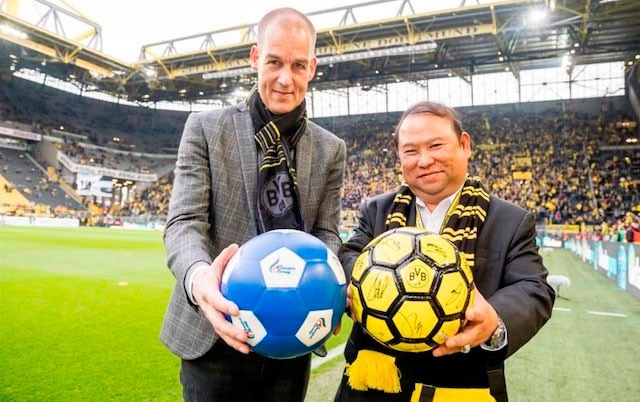 Borussia Dortmund's Carsten Cramer and Bangkok Airways President Puttipong Prasarttong-Osoth at Signal Iduna Park in Dortmund, Germany. (Photo courtesy: Bangkok Airways)