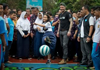 UNICEF Goodwill Ambassador David Beckham plays football with students and teachers at the SMPN 17 school in Semarang, Indonesia. (© UNICEF/Indonesia/Modola)
