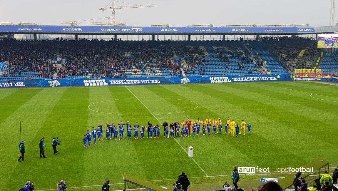 VfL Bochum and Eintracht Braunschweig lining-up for the Bundesliga 2 match. (© arunfoot & CPD Football)