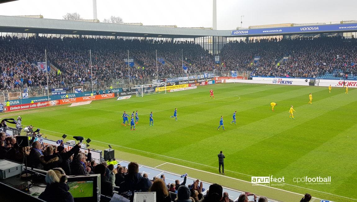 VfL Bochum players celebrating their second goal against Eintracht Braunschweig. (© arunfoot & CPD Football)