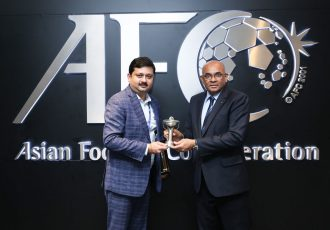 Mandar Tamhane recieves the South Zone Champions trophy from AFC General Secretary Dato' Windsor John. (Photo courtesy: Bengaluru FC)