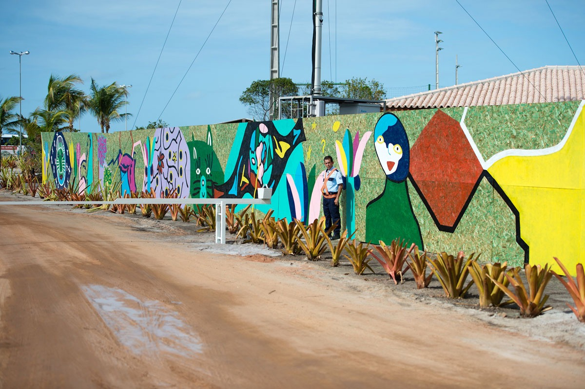 The brilliant artwork by Theresa Ernst and the kids of CCCultura in Santo André, Brazil, which decorated the wall around Campo Bahia, the base camp of the German national football team during the 2014 FIFA World Cup. (© Theresa Ernst)
