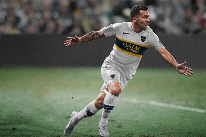 Carlos Tevez wearing the Boca Junios away jersey featuring the Qatar Airways logo. (Photo courtesy: Qatar Airways)