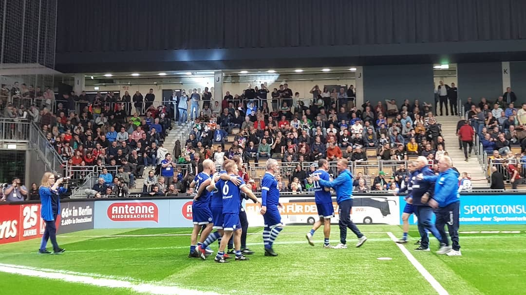 FC Schalke 04 players celebrate their victory in the Budenzauber Emsland 2019. (© CPD Football)