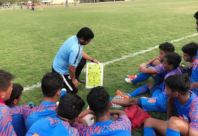 India U-15 head coach Shuvendu Panda with his team. (Photo courtesy: AIFF Media)