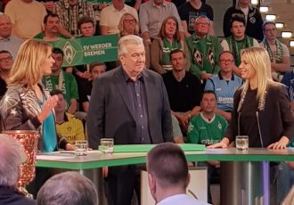 ARD Sportschau host Jessy Wellmer, DFB Vice President Peter Frymuth and Germany Women's international Lena Goessling during the DFB-Pokal draw at the Deutsches Fußballmuseum. (© CPD Football)