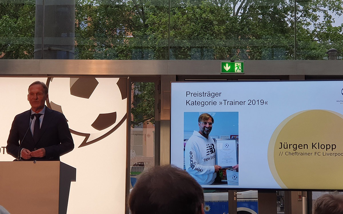 Hans-Joachim Watzke, CEO, Borussia Dortmund, giving the laudation for award winner Jürgen Klopp at the Deutscher Fussball Botschafter Awards Ceremony 2019 in Berlin. (© CPD Football)