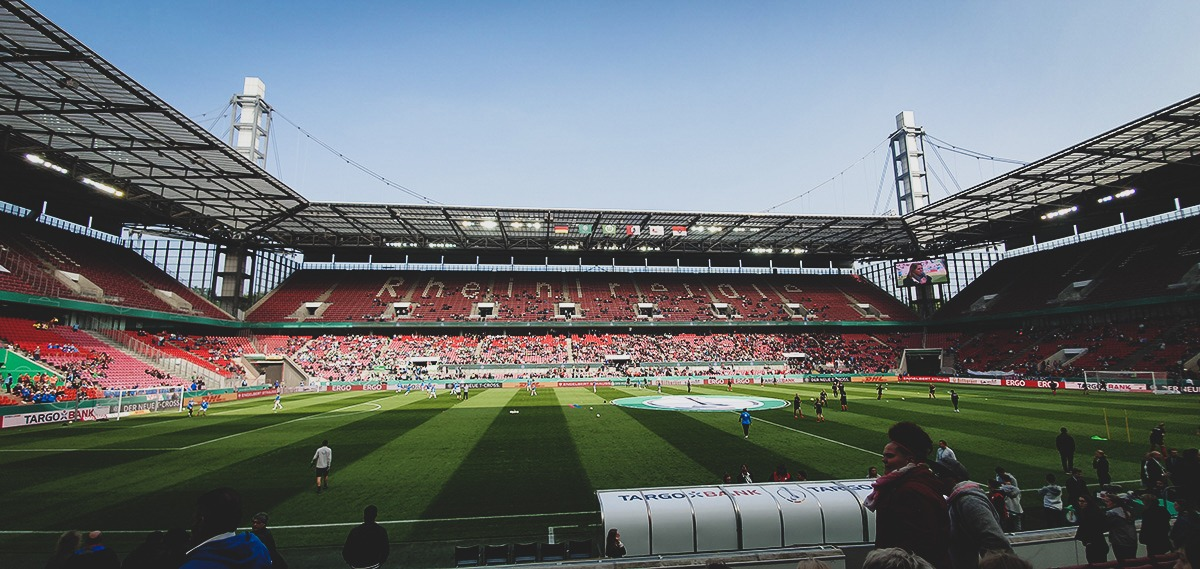Teams warming up before the DFB-Pokal der Frauen (German Women's Cup) final. (© CPD Football)