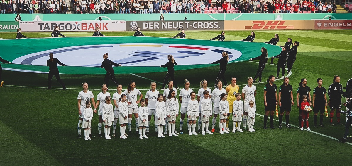 VfL Wolfsburg players singing the German national anthem before kick-off. (© CPD Football)