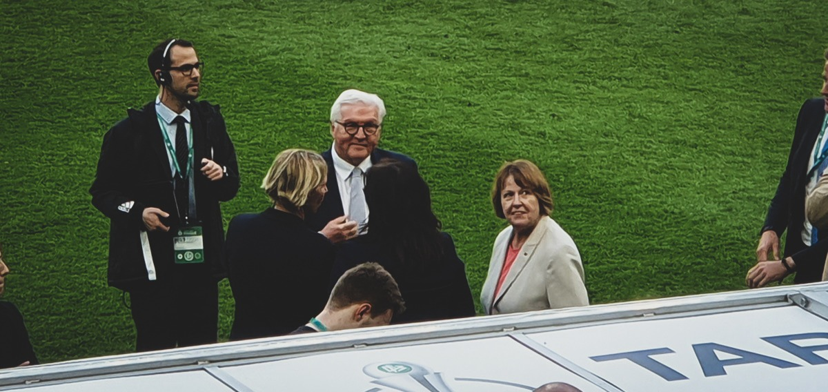 Frank-Walter Steinmeier, President of Germany moments before the DFB-Pokal der Frauen (German Women's Cup) winners ceremony. (© CPD Football)