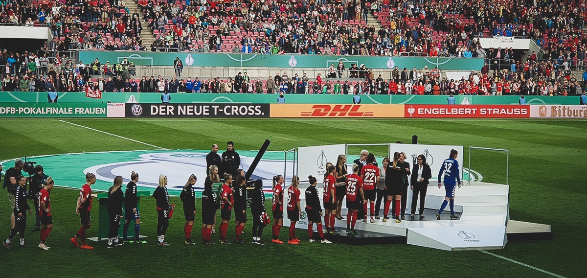 SC Freiburg players and official receiving their silver medals from German President Frank-Walter Steinmeier. (© CPD Football)