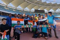 "Members of the ""Blue Pilgrims"" fan club with Indian national team head coach Igor Štimac. (Photo courtesy: AIFF Media)"