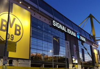 Borussia Dortmund's SIGNAL IDUNA PARK at night. (© CPD Football)