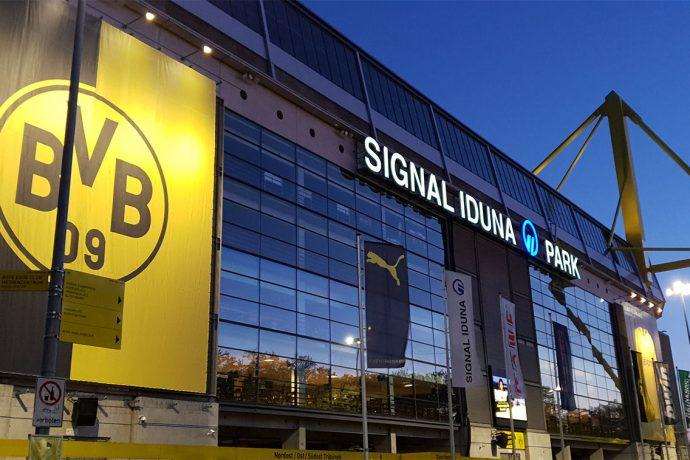 Borussia Dortmund's SIGNAL IDUNA PARK at night. (© CPD Football)