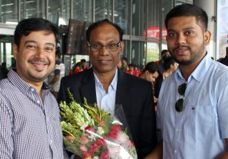 Former India legend Victor Amalraj is welcomed by Mohammedan Sporting Club officials at the Kolkata airport. (Photo courtesy: Mohammedan Sporting Club)