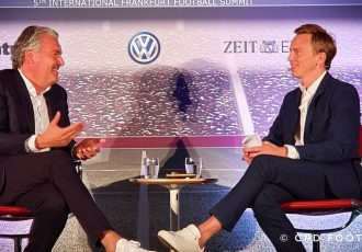 5th International Frankfurt Football Summit 2019: Jörg Wacker, Member of the Executive Board, FC Bayern Munich and moderator Jochen Breyer. (© CPD Football)