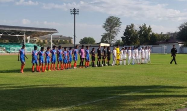 The Women's national team of India and Uzbekistan ahead of their friendly match in Tashkent, Uzbekistan. (Photo courtesy: AIFF Media)