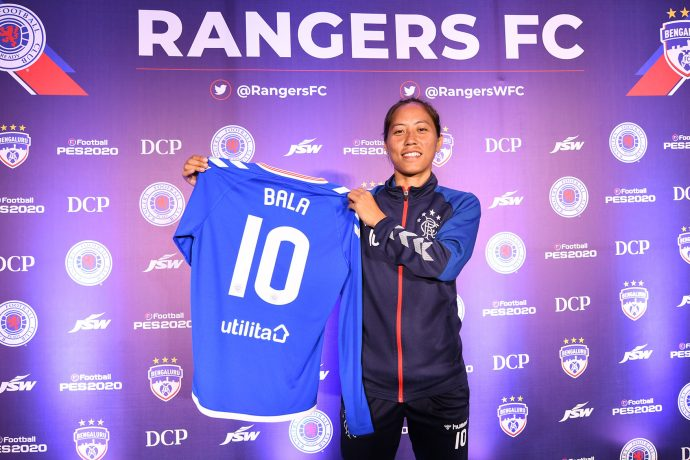 India WNT star Ngangom Bala Devi presenting her Rangers FC jersey. (Photo courtesy: Bengaluru FC)