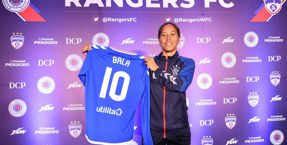 India WNT star Ngangom Bala Devi presenting her Rangers FC jersey. (Photo courtesy: Bengaluru FC)