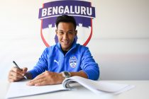 Udanta Singh signing a new contract with Bengaluru FC. (Photo courtesy: Bengaluru FC)