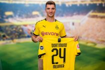 Thomas Meunier presents his new Borussia Dortmund jersey. (Photo courtesy: Borussia Dortmund)