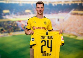 Thomas Meunier presents his new Borussia Dortmund jersey. (Photo courtesy: Borussia Dortmund)