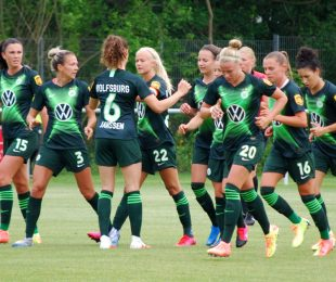 VfL Wolfsburg players celebrating one of their goals in the DFB-Pokal der Frauen (DFB Women's Cup) semi-final against DSC Arminia Bielefeld. (© CPD Football)