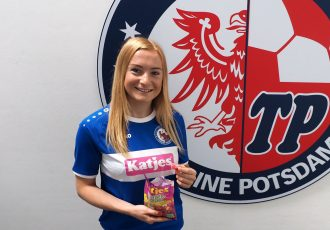 Midfielder Anna Gerhardt presents the new 1. FFC Turbine Potsdam jersey featuring the Katjes branding. (Photo © Uta Zorn / Turbine Potsdam)