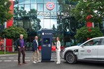 From right to left: Hildegard Wortmann, Audi Board Member for Sales and Marketing, Karl-Heinz Rummenigge, Chairman of the Executive Board of FC Bayern München AG, and Oliver Kahn, Member of the Executive Board of FC Bayern München AG presenting the mobile fast-charging terminal for the Audi e-tron. (Photo courtesy: Audi AG)