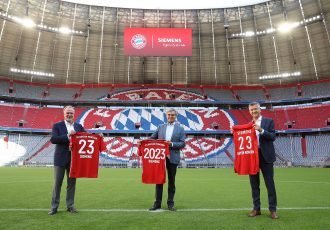 Karl-Heinz Rummenigge (Chairman of the Executive Board, FC Bayern München AG), Joe Kaeser (President & CEO, Siemens AG) and Herbert Hainer (Chairman of the Supervisory Board, FC Bayern München AG & President, FC Bayern München e.V.) at the Allianz Arena in Munich. (Photo courtesy: Siemens AG)