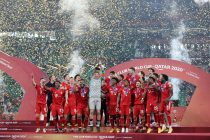 Manuel Neuer lifts the FIFA Club World Cup Qatar 2020 trophy as FC Bayern München celebrate after winning the FIFA Club World Cup Qatar 2020 Final between FC Bayern and Tigres UANL at the Education City Stadium on February 11, 2021 in Doha, Qatar. (Photo courtesy: Fadi El Assaad - FIFA/FIFA via Getty Images)