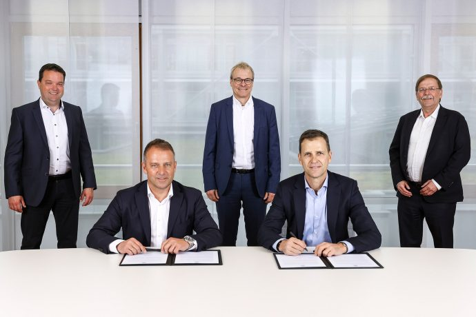 New Germany head coach Hans-Dieter Flick (left) and Oliver Bierhoff (Director National Teams & Academy, DFB) during the signing of the contract. Dr. Stephan Osnabruegge (Treasurer, DFB), Peter Peters (1st Vice-President, DFB) and Dr. Rainer Koch (1st Vice-President, DFB) were also present on the occasion. (© Vera Loitzsch/DFB)
