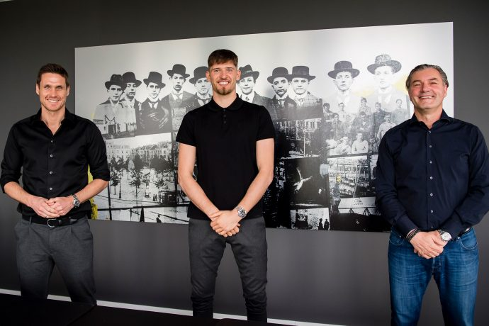 Borussia Dortmund present their new signing: Sebastian Kehl (Head of Professional Football), Gregor Kobel and Michael Zorc (Sporting Director). (© Borussia Dortmund)