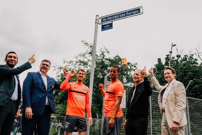 In the Heart of Europe: Mike Josef (City Council), Axel Hellmann (Board Spokesman Eintracht Frankfurt Fußball AG), Erik Durm, Timothy Chandler, Karl-Heinz Körbel (Bundesliga record player), Christian Becker (City Council). (Photo courtey: Eintracht Frankfurt Fussball AG)