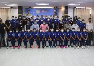 Hon'ble Minister of Sports and Youth Affairs, Government of Jharkhand, Mr. Hafizul Hassan Ansari with Indian women's national team squad and staff. (Photo courtesy: AIFF Media)