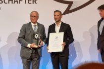 """Uli Stielike, Josef """"Joe"""" Zinnbauer und Roland Bischof - Deutscher Fussball Botschafter 2021 - Award-Verleihung in der Hauptstadtrepräsentanz der Deutschen Telekom am 6. Oktober 2021 (© CPD Football)"""